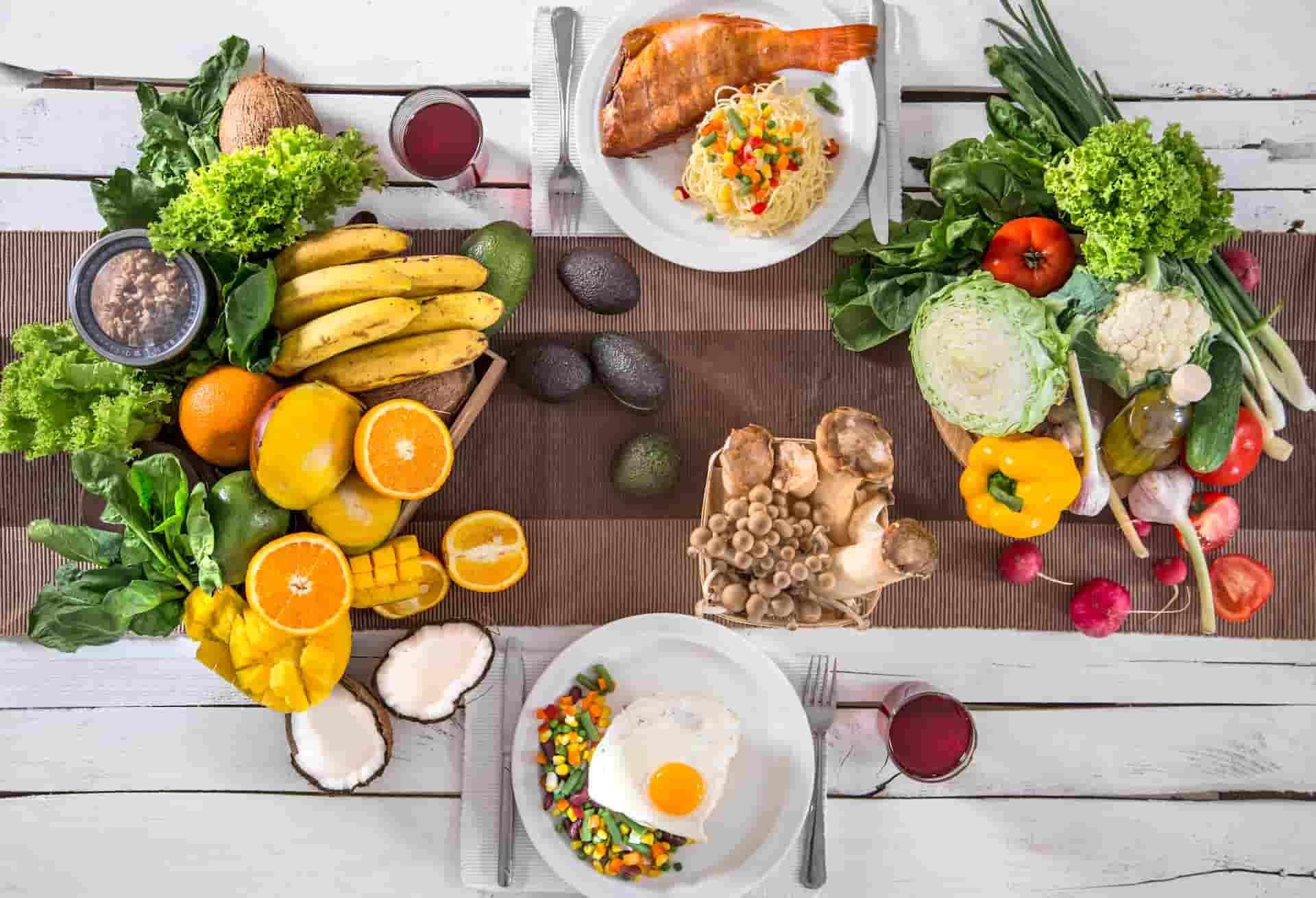 Warzywa, owoce i dwa posiłki na blacie